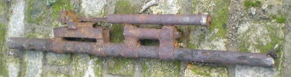 Szovjet VJA 23 mm-es gépágyú csöve csatornából.