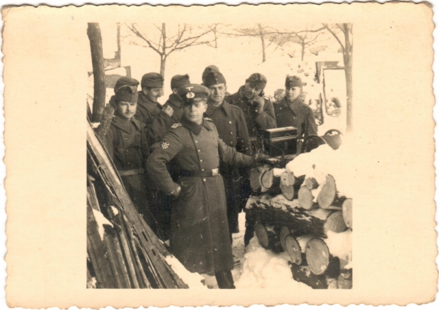 Horvát önkéntes pajzsos Stabsfeldwebel honvédekkel